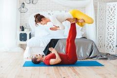 Пожененные пары йоги стоковые изображения rf