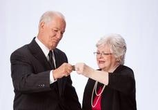 Пожененные пары сжимая Пенни для выхода на пенсию Стоковые Фотографии RF