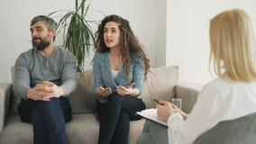 Пожененные пары споря и враждуя во время офиса психолога посещения профессионального и советника замужества акции видеоматериалы