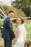 Пожененные пары стоя в парке на солнечном дне Стоковые Фото