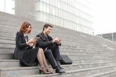 пожененные учителя дела пар используя таблетку и smartphon Стоковая Фотография RF