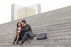 пожененные учителя дела пар используя таблетку и smartphon Стоковые Фотографии RF