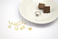 Поженитесь я карточка на белой предпосылке с обручальным кольцом стоковая фотография