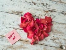 Поженитесь я слова написанные на бумаге, карточке влюбленности Предпосылка дня ` s валентинки, открытка влюбленности Стоковое Фото
