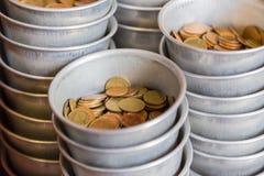 Пожертвование монетки к тайскому виску Стоковая Фотография RF