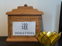 Пожертвование наклоняет коробку стоковое изображение