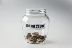 Пожертвование, сбережения денег в опарнике стоковые фотографии rf
