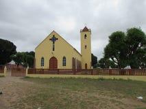 Пожелтейте покрашенное здание церкви с backround облака overcast серым Стоковые Изображения RF