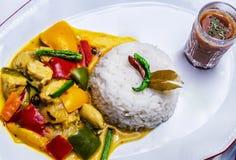 Пожелтейте тайское карри цыпленка с рисом Стоковое Фото