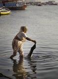 Пожилая дама в Ганге стоковая фотография