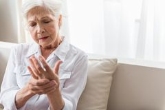 Пожилая дама терпит сильную боль стоковая фотография rf