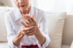 Пожилая женщина выражает боль стоковые фотографии rf