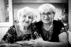 Пожилая женщина в доме с его взрослой дочерью Стоковое Изображение RF