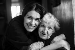 Пожилая женщина в объятии с его взрослой дочерью Стоковые Фотографии RF