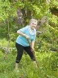 Пожилая женщина в саде Стоковые Изображения RF