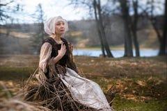 Пожилая женщина в средневековом стоковая фотография