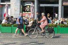 Пожилая женщина ехать ее велосипед Стоковые Изображения RF