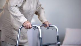 Пожилая женщина используя идя рамку, реабилитацию после совместной травмы, конца вверх стоковые изображения rf