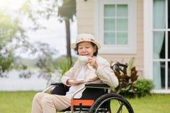 Пожилая женщина ослабляет в задворк Стоковые Изображения RF