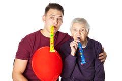 Пожилая женщина празднуя день рождения с внуком Стоковое Изображение RF