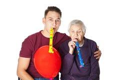 Пожилая женщина празднуя день рождения с внуком Стоковые Фотографии RF