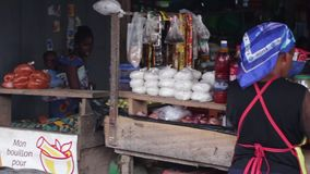 Пожилая женщина продавая на рынке видеоматериал