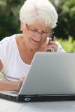 пожилая женщина сада стоковые фотографии rf