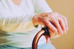 Пожилая женщина с идя ручкой дома Стоковые Фото