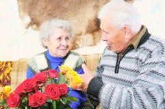 пожилая женщина человека стоковая фотография rf