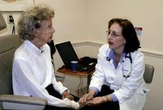 пожилая женщина geriatrician Стоковые Фото