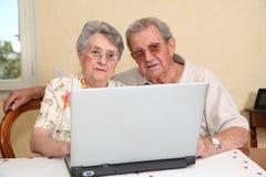 пожилая технология людей интернета стоковая фотография