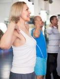 Пожилая тренировка в современном спортзале Стоковое Изображение