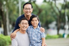 Пожилой азиатский человек с сыном и внуком стоковые изображения rf
