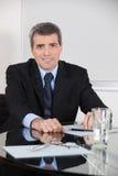 Пожилой антрепренер в его офисе стоковая фотография