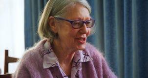 Пожилой гражданин взаимодействуя друг с другом 4k видеоматериал