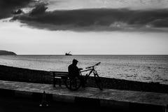 Пожилой гражданин отдыхая на взморье Стоковое фото RF