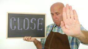 Пожилой и обеспокоеный работник с близким сообщением в руке делает жесты стопа видеоматериал