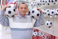 пожилой магазин человека футболов Стоковая Фотография