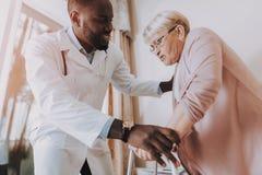 пожилой пациент headaches Доктор Помогать получает вверх стоковые изображения