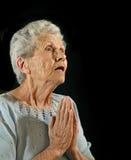 пожилой поклоняться женщины стоковая фотография