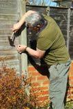 пожилой ремонтировать человека загородки Стоковые Фото