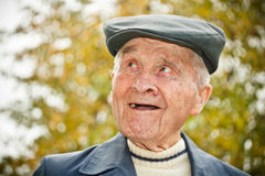 Пожилой человек в шлеме Стоковые Фотографии RF