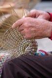 Пожилой человек делает корзины для пользы в рыбной промышленности в традиционном пути, в Gallipoli, Апулия, Италия стоковые изображения rf