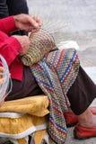Пожилой человек делает корзины для пользы в рыбной промышленности в традиционном пути, в Gallipoli, Апулия, Италия стоковое фото rf