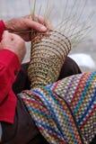 Пожилой человек делает корзины для пользы в рыбной промышленности в традиционном пути, в Gallipoli, Апулия, Италия стоковая фотография rf