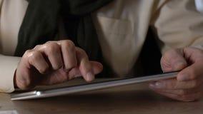 Пожилой человек используя ПК планшета, современное устройство для онлайн покупок, применения сток-видео