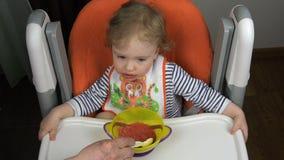 Пожилой человек кормит годовалый ребенка с ложкой над взглядом видеоматериал