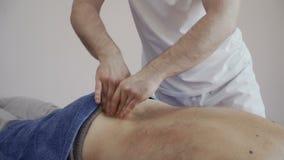 Пожилой человек на приеме ` s masseur акции видеоматериалы