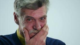 Пожилой человек чуть-чуть держа назад хохот, сопя вне его щеки удерживание дыхания сток-видео