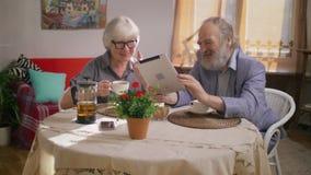 Пожилые деды говоря с семьей на планшете сток-видео